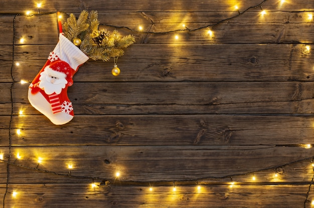 Meia de natal com presentes pendurados em uma velha backgro de madeira escura
