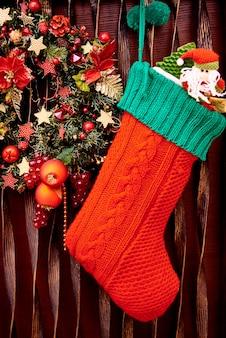 Meia de natal e close-up grinalda decorada.