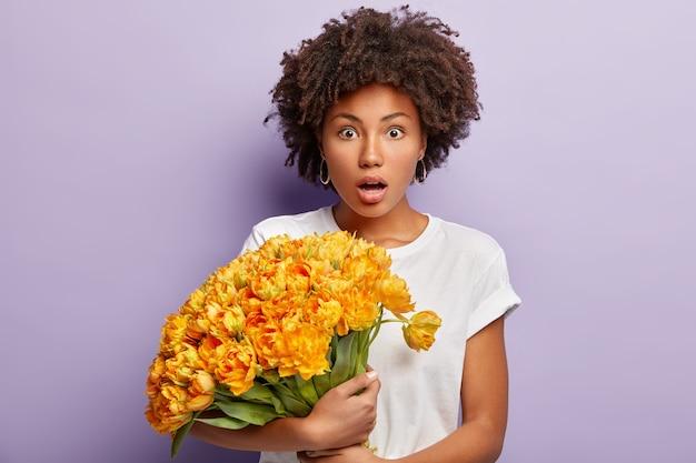 Meia foto de uma senhora afro-americana estupefata olhando estupefata com a respiração suspensa