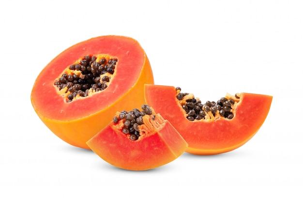 Meia fruta de mamão madura com sementes no fundo branco