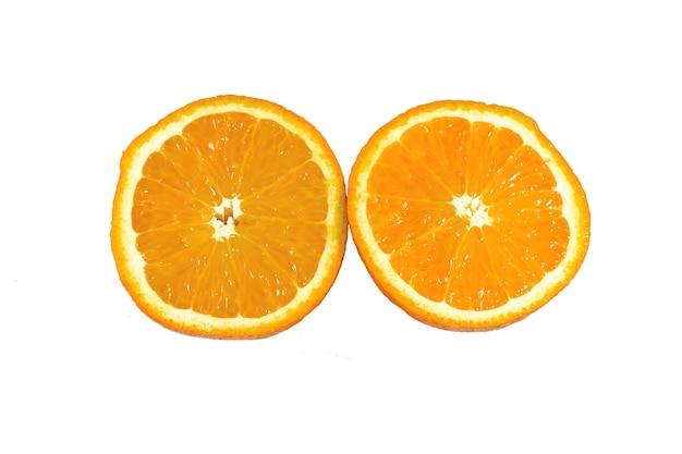 Meia laranja em um fundo branco