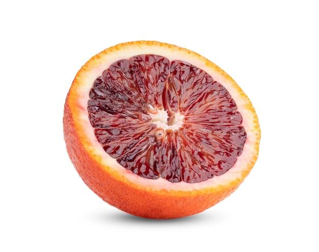 Meia laranja sanguínea isolada no branco
