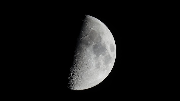 Meia lua do primeiro quarto minguante vista com telescópio