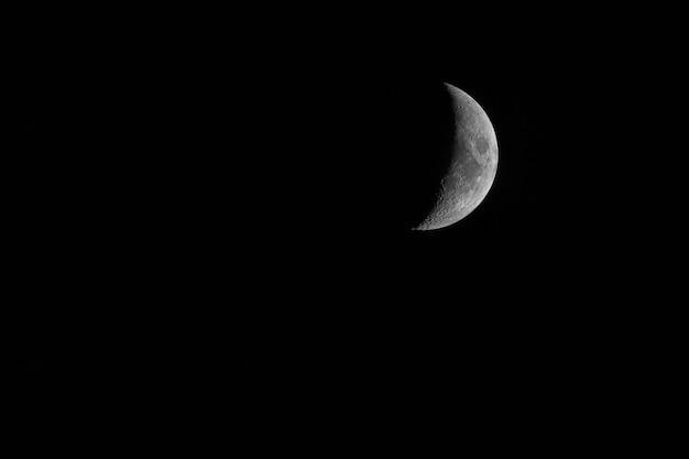 Meia lua mística agradável no fundo do céu escuro da noite