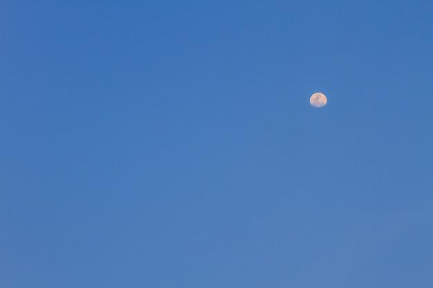 Meia lua no céu azul