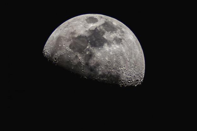 Meia lua no céu escuro.
