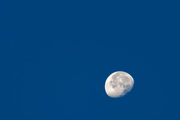 Meia lua sobre bryce canyon