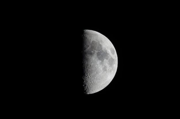 Meia lua vista com telescópio