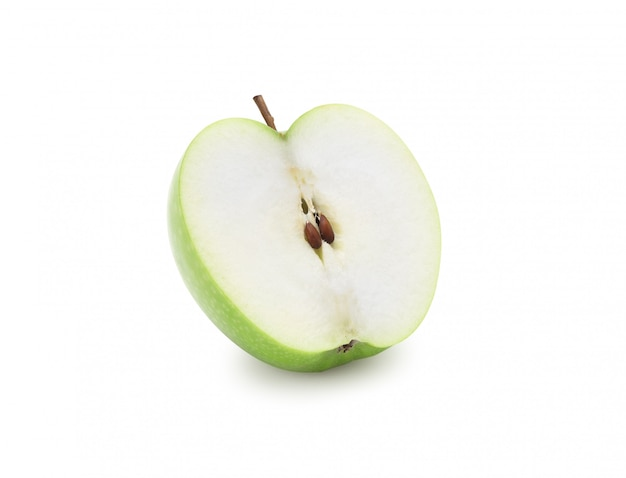 Meia maçã verde isolada no branco com trajeto de grampeamento.