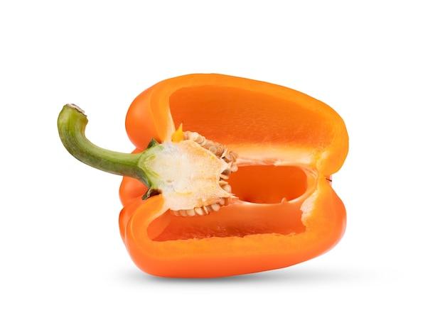 Meia pimenta laranja isolada no fundo branco