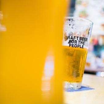 Meia taça de cerveja artesanal gelada, festa
