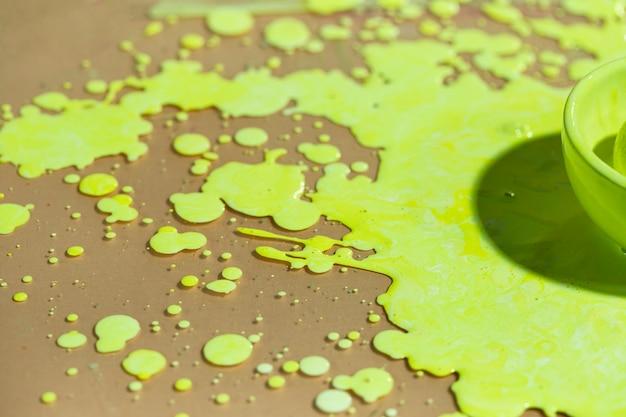 Meia tigela de alto ângulo com tinta verde