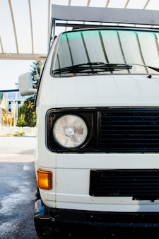 Meia vista de uma van branca vintage