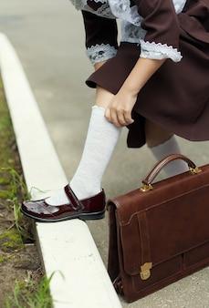 Meias brancas de algodão nos pés infantis