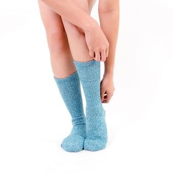 Meias de algodão azul nos pés da mulher bonita.