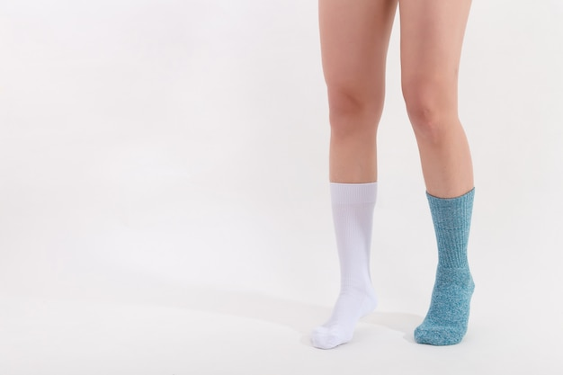 Meias de algodão branco e azul nos pés de mulher bonita.