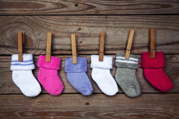 Meias de malha multicolorida em madeira