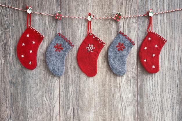 Meias de natal coloridas sobre fundo de madeira. , símbolo de férias.