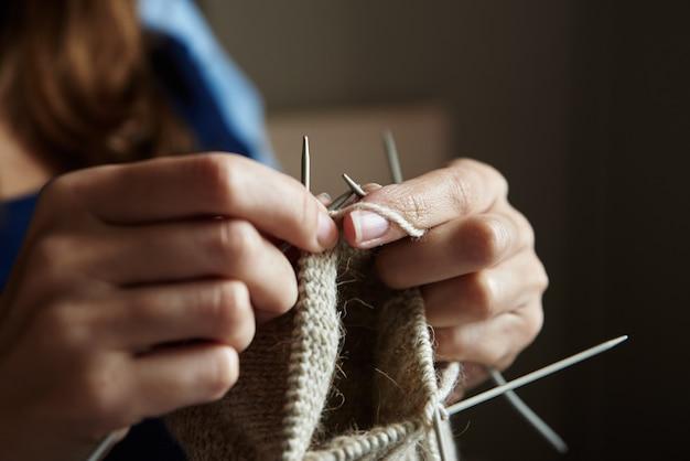 Meias de tricô de mulher com agulhas