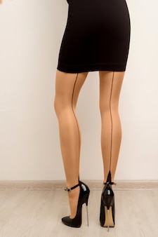 Meias em belas pernas femininas com salto alto.
