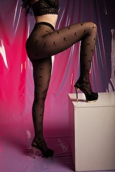 Meias nas pernas de mulher perfeita, close-up