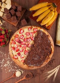 Meio a meio pizza de morango com chocolate branco e banana com chocolate