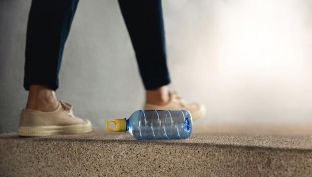 Meio ambiente ecologia cuidado resíduos de plástico conceito pessoa jogando lixo em uma garrafa de plástico usada