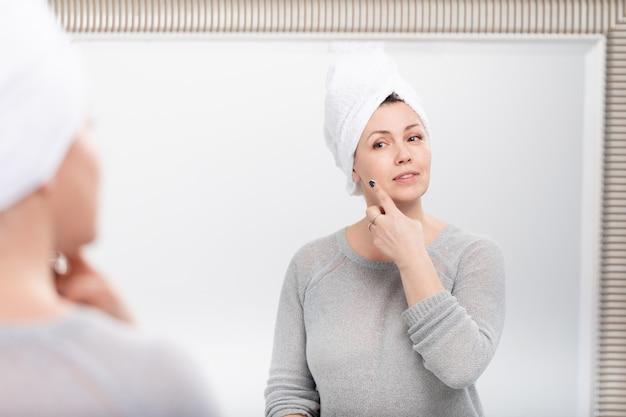 Meio caucasiano mulher caucasiana com toalha de banho
