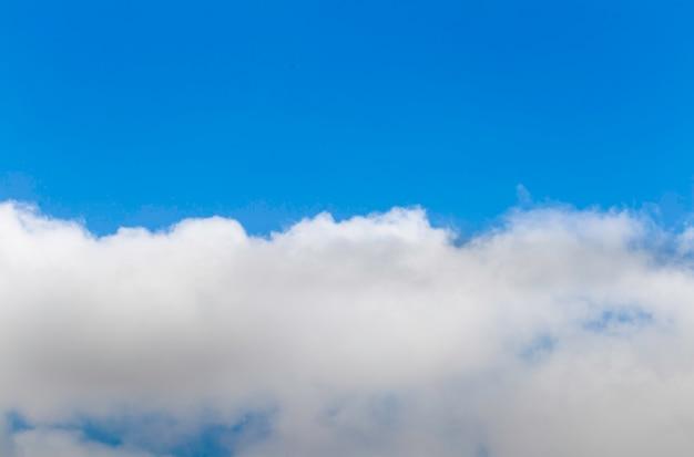 Meio céu azul e meio céu com nuvem