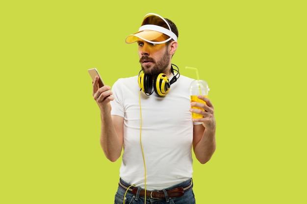 Meio comprimento close-up retrato de jovem em camisa amarela