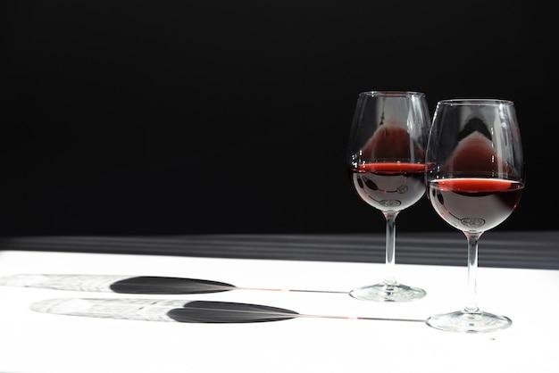 Meio copos vazios de vinho