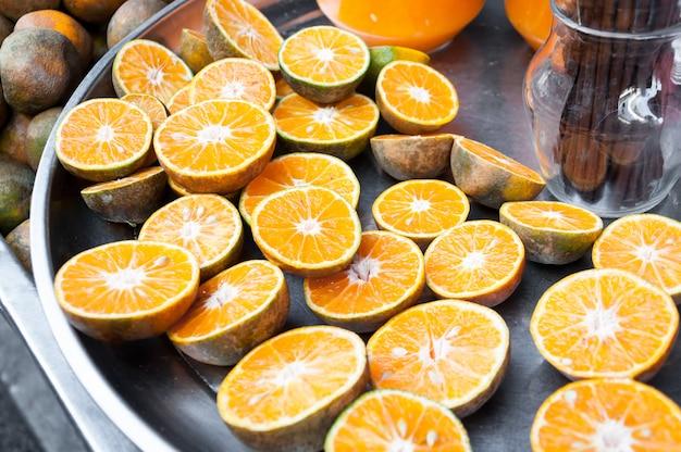 Meio corte de laranjas frescas, para suco de laranjas