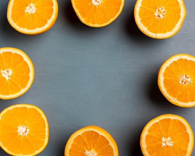 Meio corte laranjas formando quadro na mesa