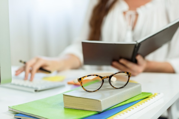 Meio da empresária segurando o bloco de notas na mesa