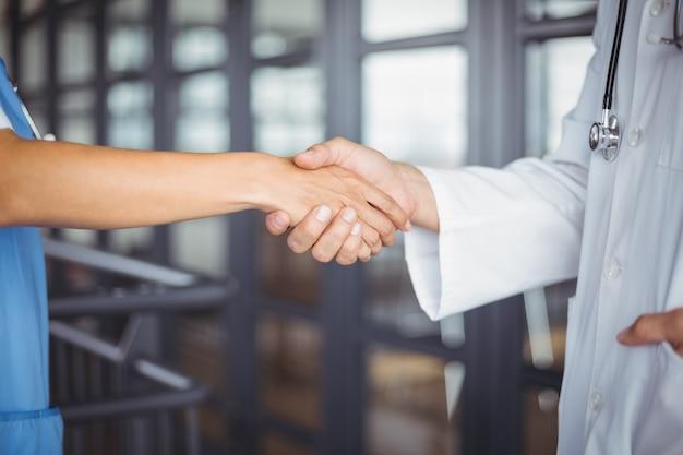 Meio de handshaking de médicos