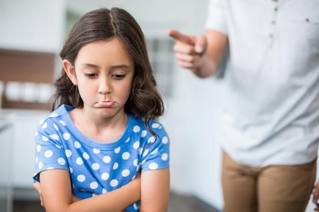 Meio do pai brigando com a filha