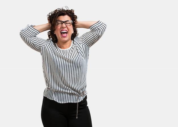 Meio envelhecida mulher louca e desesperada, gritando fora de controle