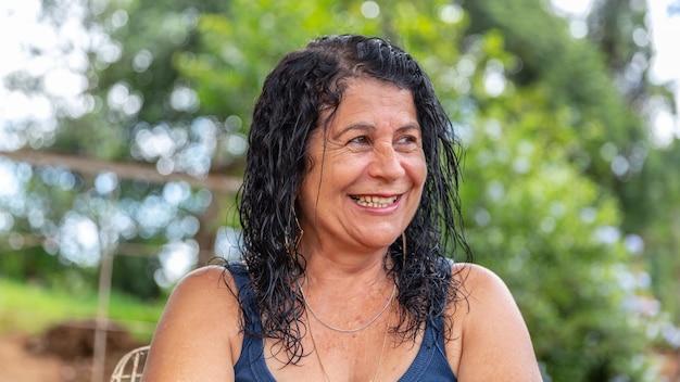 Meio envelhecida mulher sorrindo