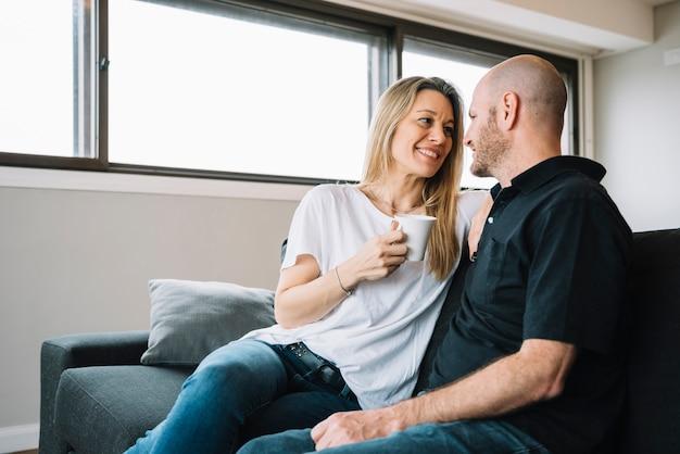 Meio envelhecido casal apaixonado em casa