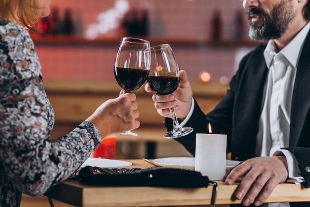 Meio envelhecido casal apaixonado janta no restaurante