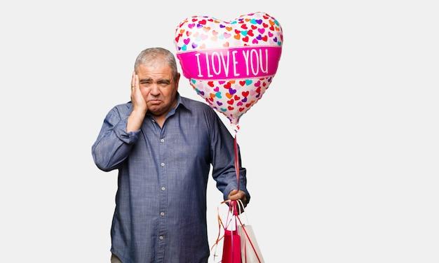 Meio envelhecido homem comemorando o dia dos namorados desesperado e triste