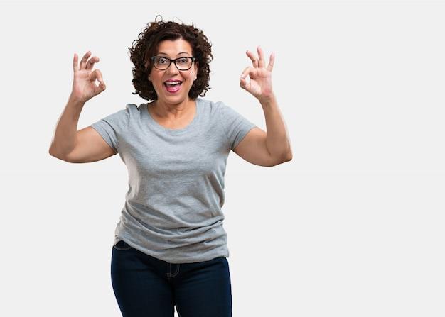 Meio, envelhecido, mulher, alegre, confiante, fazer, ok, gesto