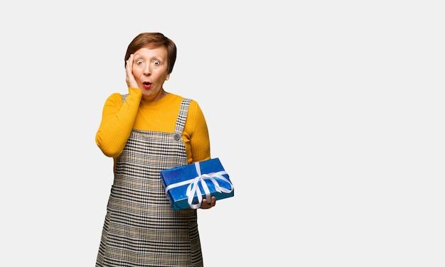 Meio envelhecido mulher comemorando o dia dos namorados surpreso e chocado
