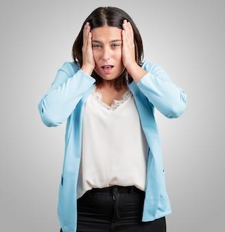 Meio, envelhecido, mulher, frustrado, e, desesperado, zangado, e, triste, com, mãos cabeça