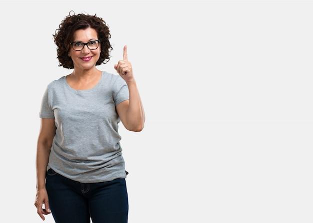 Meio, envelhecido, mulher, mostrando, numere um, símbolo, de, contagem
