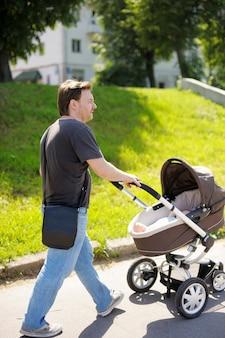 Meio homem andando com carrinho de bebê