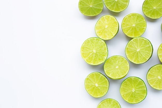 Meio limão no fundo branco com copyspace