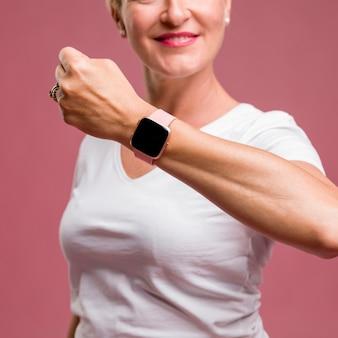 Meio mulher envelhecida com rastreador de fitness