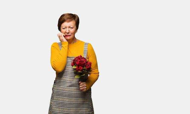 Meio mulher envelhecida comemorando o dia dos namorados desesperado e triste