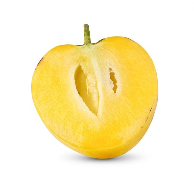 Meio pepino melões em um branco